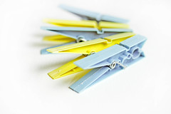 Farbige Wscheklammern (wuestenigel) Tags: blue closeup haushalt clothespins household colourful stockphoto pins yellow stock clips