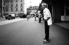 squint (gato-gato-gato) Tags: street bw white black blanco monochrome person schweiz switzerland abend flickr noir suisse sommer strasse 28mm zurich negro snapshot streetphotography pedestrian august human pointandshoot streetphoto monochrom zrich svizzera weiss zuerich blanc ricoh ricohgr schwarz onthestreets passant mensch sviss autofocus feierabend zwitserland isvire zurigo dienstag streetphotographer nachmittag fussgnger zueri strase streetpic apsc gatogatogato fusgnger gatogatogatoch wwwgatogatogatoch streettogs tobiasgaulkech