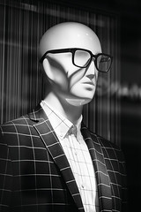 Escaparate (Mathias Bra) Tags: maniqu blancoynegro escaparate gafas lineas chaqueta