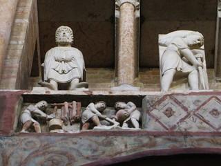 Sculptures des mois de l'année, baptistère (XIIe, XIIIe), piazza del Duomo, Parme, Emilie-Romagne, Italie.