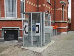 Oude telefooncellen in Den Bosch (RaAr2010) Tags: kpn denbosch straatbeeld stationsplein telefooncel straatmeubilair ptttelecom oudstraatbeeld oudstraatmeubilair oudetelefooncel