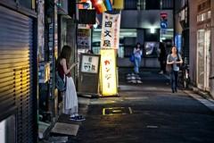 shimonya street (sinkdd) Tags: nikon nikond800 d800 nikkor tokyo japan street shinjuku afsnikkor85mmf18g 85mm f18g backpack smartphone