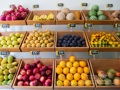 Trotando por ahi-4 (narr75) Tags: frutas colores frutera tienda ciudad mercado venta comercio