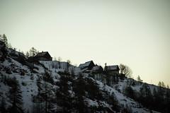 Les Maisons (Maxime Bonzi) Tags: queyras hautes alpes arvieux maisons maison montagnes vallée soleil ciel levant contrejour alps sky sun valley pin sapin neige blanc parc naturel régional hiver france haute montagne