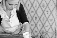 Alexandra Lenz, Artist (Meine Sicht) Tags: portrait bw artist voigtlaender kln sw monochrom schwarzweiss voigtlnder atelier siebdruck knstler colgne bergischgladbach fotokunst rauen leicam cv75mmf25heliar rainerrauen wwwrauenfotode alexandralenz kunstbeziehung
