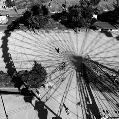Le cercle (bong.13) Tags: avignon vaucluse noiretblanc blackandwhite sonyrx100 street soleil ombre lumire lignes lines france provence roue people