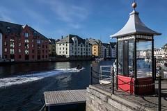 """O Tempo nao volta"" (JJSantosphoto) Tags: jjsantos jjsantosphoto noruega cabinedetelefone telefone fone barcos vila mar oceano viagem travel canon casas predios marina escandinavia"