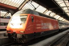 SBB Lokomotive Re 460 063 - 1 mit Taufname Brunegg und Werbung für easyJet ( Werbelokomotive seit 25.10.14 => Hersteller SLM Nr. 5540 - ABB => Inbetriebnahme 1993 ) am Bahnhof Zürich HB im Kanton Zürich der Schweiz (chrchr_75) Tags: chriguhurnibluemailch christoph hurni schweiz suisse switzerland svizzera suissa swiss chrchr chrchr75 chrigu chriguhurni 1503 märz 2015 hurni150319 bahn eisenbahn schweizer bahnen train treno zug albumzzz201503märz albumbahnenderschweiz albumbahnenderschweiz201516 sbb cff ffs werbelokomotive re 460 lokomotive re460 albumsbbre460 schweizerische bundesbahn bundesbahnen lok albumbahnsbbre460werbelokomotiven juna zoug trainen tog tren поезд паровоз locomotora lokomotiv locomotief locomotiva locomotive railway rautatie chemin de fer ferrovia 鉄道 spoorweg железнодорожный centralstation ferroviaria