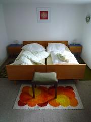 Wochenendhaus, Ehebucht (QQ Vespa) Tags: schlafzimmer ehebett 70er bett sleepingroom seventeens bed sleeping room teppich orange bedroom
