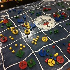 Primordial Soup - เกมแข่งกันขยายเผ่าพันธุ์อะมีบาและพัฒนายีน เล่นง่ายแต่เล่นให้ดียาก เพราะอาหารมีจำกัด วิธีเดียวที่จะมีอาหารเพิ่มคือต้องมีอะมีบาตายกลายเป็นอาหารให้ตัวอื่น กินเสร็จทุกตัวต้องขี้ ขี้ออกมาเป็นสีของตัวเอง แต่เวลากินต้องกินก่อนสีของตัวอื่น ทำให้