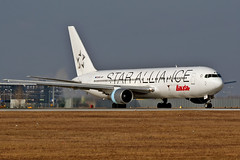 OE-LAT /  Airliners.sk (airliners.sk, o.z.) Tags: pm vie loww airlinerssk