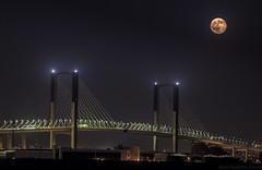 Bajando la luna (abel.maestro) Tags: moon luna puente sevilla espaa 34