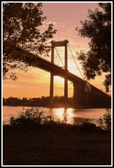 Coucher de soleil sur le pont d'Aquitaine (Les photos de LN) Tags: coucherdesoleil sunset soir crépuscule pontdaquitaine gironde aquitaine fleuve garonne couleurs lumière ciel reflets nature paysage bordeaux