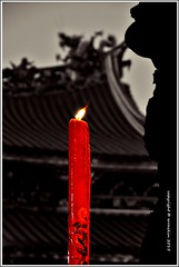 Rojo sobre negro.Red on black (ironde) Tags: red luz temple rojo jon candle llama taiwan flame desaturation formosa vela templo putian desaturación errazkin bujía pifou nikond7000 ironde