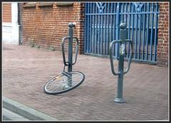 Roue abandonnée ... (gueguette80 ... Définitivement non voyant) Tags: cadenas vélo roue abandonnée volé accrochée