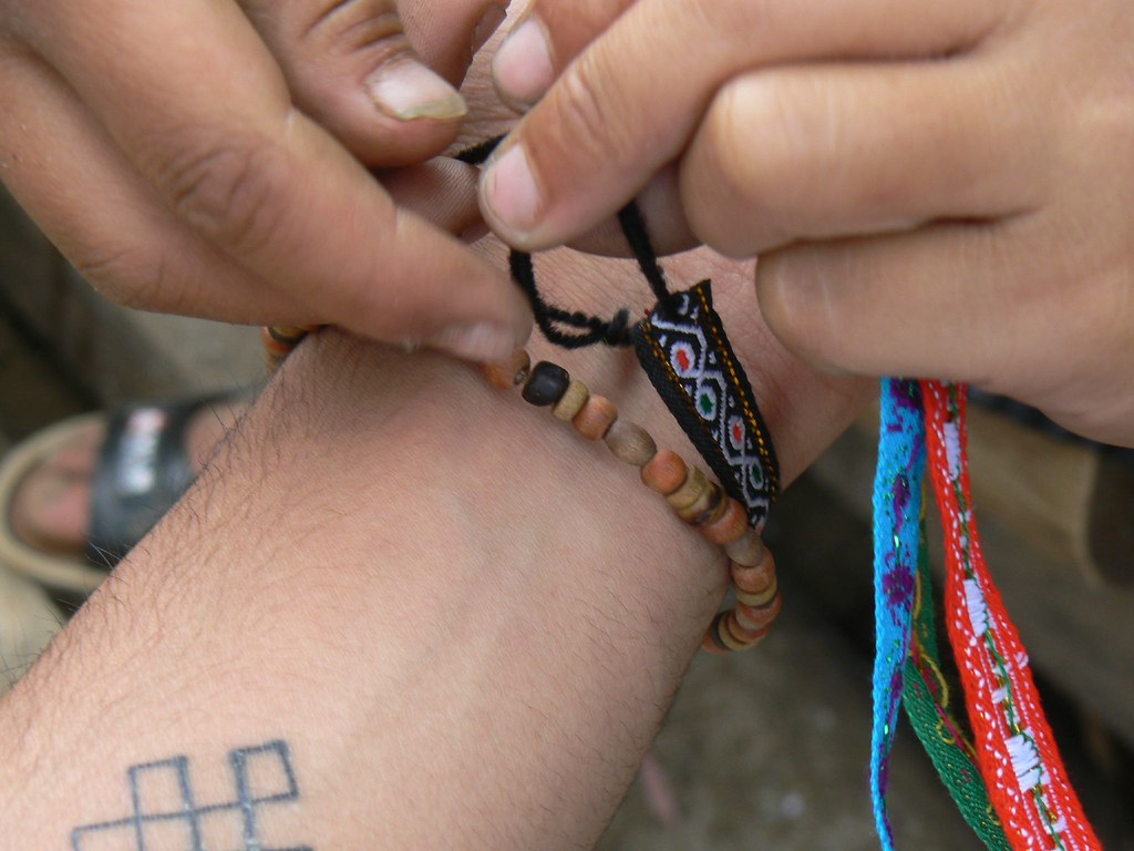 Tying_friendship_bracelet