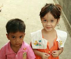 friends (the foreign photographer - ฝรั่งถ่) Tags: light boy girl portraits canon dark thailand kiss bangkok skinned khlong bangkhen thanon 400d