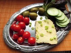 (60% raw] vegan hummus on rye bread with olives (tarengil) Tags: vegan foodporn food veggie vegetarian chickpeas tomato cucumber olive onion green vegetables veggies orient red orange dinner dish