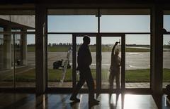 Vista del aeropuerto ([twitter - Instagram] @rodri555) Tags: santafe film glass analog 35mm canon contraluz canonae1 aeropuerto vidrio backlighting fd ishotfilm sauceviejo limpiavidrios filmisnotdead kodakultramax400