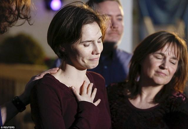 Amanda Knox en su casa en Seattle horas después de conocerse el veredicto. Junto a ella, su madre, Edda Mellas.