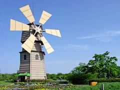 Windmill : 風車 (Dakiny) Tags: 2005 park camera windmill japan digital landscape photo spring shot sony snapshot may picture scene snap photograph mavica shiga carlzeiss takashima variosonnar mvccd500 shigaprefecture roadsidestation shinasahiwindmillvillage