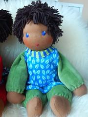 Fr Milo_29042016_mit Kittelchen (Puppenhandwerk Prsch) Tags: clothdoll waldorfdoll steinerdoll cuddledoll ecologicaldoll organicdoll handcrafted dollmaker dollmaking doll companiondoll darkskinneddoll africandoll