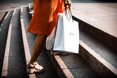 escalones (Sonia Grases) Tags: goingup orange legs steps stairs busqueda tesoro barcelona escalones mujer city piernas verano naranja bolsas woman