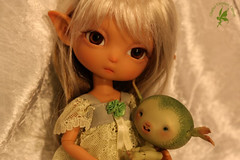 Filia loves green Tit' Herbe by Nympheasdolls Sophie (chartar_69) Tags: tan sunkissed charlesstephan charlescreaturecabinet cccfireflyfaeries nympheasdolls k6dolls titherbe filiamoon blythesize30cm