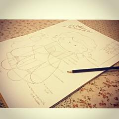 Por aqui... Descanso aps um dia produtivo? Podemos dizer que sim, pois criar pra mim no  e nunca ser um trabalho    Loguinho teremos lanamento aqui no atelier....  #PrincesaSofia #FestaPrincesinhaSofia    (Girassis Mgicos) Tags: square squareformat unknown iphoneography instagramapp uploaded:by=instagram