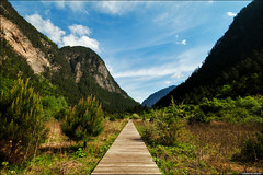 Shuzheng Valley (TOMMY AU PHOTO) Tags: china blue sky mountains nature clouds outdoors boardwalk jiuzhaigou   catchycolorsblue sichuanprovince jiuzhaigoucounty shuzhengvalley