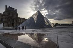 PARIGI. IL LOUVRE. (FRANCO600D) Tags: paris canon nuvole louvre sigma museo turismo architettura galleria controluce lucernario vetro parigi piramide riflesso struttura ieohmingpei apice museodellouvre piramidedivetro eos600d franco600d
