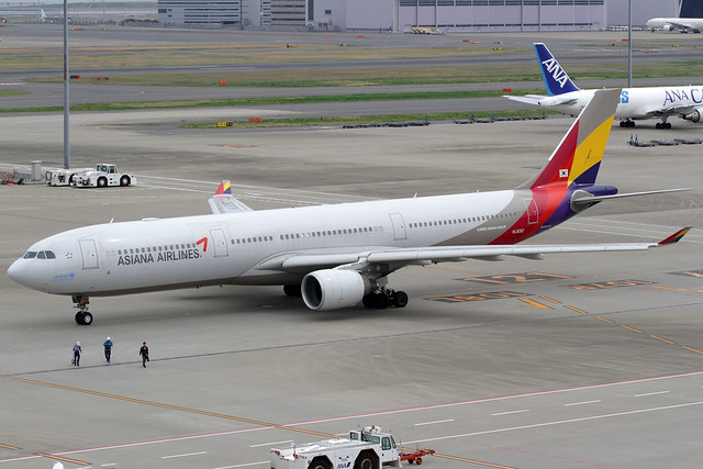 Asiana Airbus A330-323X HL8282 HND 29-03-15