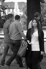 Ins Bild laufen (Rdiger Stehn) Tags: schwarzweis schwarzundweis monochrom bw blackwhite blackandwhite menschen leute kleinerkiel strase kielvorstadt kiel stadt