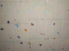 Calcomanias en el techo, alrededor del foco (Xic Eseyosoyese (Juan Antonio)) Tags: en textura del mi de casa nikon interior stickers el sin una coolpix pegatinas cuarto pegadas techo texto foco estampas calcomanias alrededor s33 aplanar
