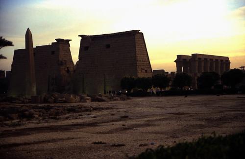 """Ägypten 1999 (259)Tempel von Luxor: Obelisk und Pylone • <a style=""""font-size:0.8em;"""" href=""""http://www.flickr.com/photos/69570948@N04/27604888834/"""" target=""""_blank"""">View on Flickr</a>"""