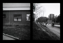2016-05 - 053HF - Olympus Pen EE - FP4+-13 (sarajoelsson) Tags: 135 svartvitt blackandwhite bw filmgrain filmphotography film believeinfilm ilford everydaylife sweden stockholm digitizedwithdslr analog analogue teamframkallning ishootfilm urban city filmshooter 2016 xtol monochrome bnw spring may fp4 olympus penee halfframe halvformat diptyk diptych filmisnotdead snapshot vardag