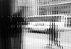 Otros enfoques (Viajera Errante) Tags: bn bw ventana window distorsion mirada efecto temuco chile people