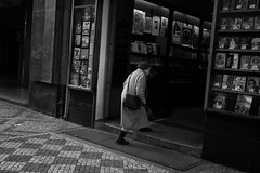 .047: Praha (Daniel Iván) Tags: street winter portrait white blancoynegro blanco walking blackwhite calle europa europe czech prague nirvana geometry retrato candid vieja streetphotography highcontrast streetportrait streetlife praha praga elder czechrepublic oldlady invierno anciana entering caminando blackwhitephotography blackwhitephoto geometría thedecisivemoment altocontraste ceskárepublika fotografíadecalle retratocallejero danielivan ceskérepubliky danieliván retratodecalle
