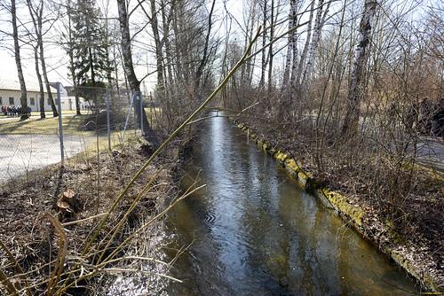 隔開營區的小河