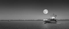 MondSchiffchen (Andreas van Eikeren) Tags: cuxhaven mond mondaufgang vollmond schiff elbe alteliebe schwarzweiss wasser