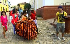 La festa dei quindici anni, o Quinceañera ... (miriam ulivi) Tags: birthday street people cuba birthdayparty trinidad compleanno nikond3200 quinceañera miriamulivi
