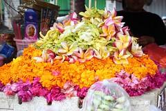 Pétales de fleurs (GeckoZen) Tags: flowers bali fleurs indonesia ceremony bunga marché offrandes canang hindou ceremonie canangsari seririt
