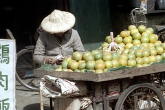32-623 (ndpa / s. lundeen, archivist) Tags: nick dewolf nickdewolf 32 reel32 color photographbynickdewolf 1970s 1972 fall film 35mm winter republicofchina taiwan taiwanese china chinese city citylife streetlife streetphotography candid people vendor fruit produce streetvendor hat conicalhat traditionalhat cart wagon street money cash countingmoney citrus