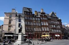 Place du Champ-Jacquet, Rennes (Sebasti Giralt) Tags: bretanya breizh bretagne bretaa brittany carrer calle streetarchitecture aquitectura urbanisme urbanismo urbanism plaa square plaza rennes resnn roazhon