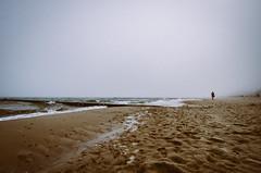 Manchmal einfach Nebel (ChristinaWieck) Tags: sand nikon meer wasser nebel ostsee khlungsborn rau ferne ruhe allein dster leise