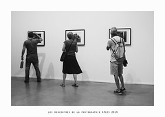 Chacun sa photo... (OMM.photographie) Tags: monochrome eos canon canonm3 people arles france europe noiretblanc nb noirblanc bw blackandwhite blackwhite expo exposition exhibition inside intrieur