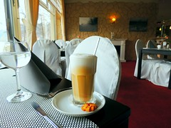 Latte Macchiato im Schwanenhotel (Sophia-Fatima) Tags: deutschland restaurant cafe schleswigholstein mlln lattemacchiato exclusiv schwanenhotel