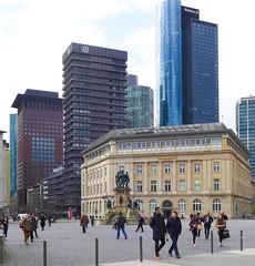 Mittagspause im Bankenviertel (JohannFFM) Tags: frankfurt main bank bankenviertel deutsche mittagszeit maintower goetheplatz japantower rosmarkt