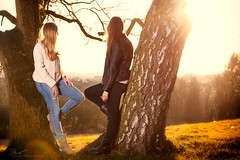 Anja und Viola (O.I.S.) Tags: girls friends sunset portrait sun sonnenuntergang friendship emotion warmth herford sonne girlfriends freundschaft wrme
