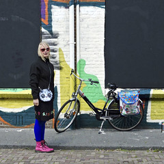 Catwoman (Akbar Simonse) Tags: street people woman holland netherlands girl sunglasses bicycle candid nederland streetphotography denhaag shades purse catwoman thehague fiets pinkshoes zonnebril fullcolor tasje agga straatfotografie dscn2767 akbarsimonse